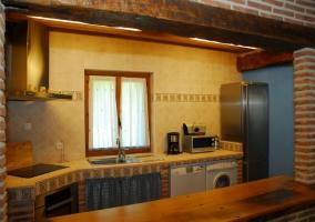 Fachada de la casa de piedra y mobiliario de jardín