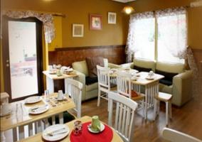 Comedor del alojamiento con mesas