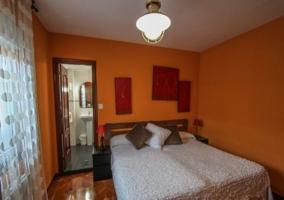 Dormitorio con aseo incorporado en el espacio
