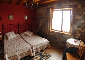 Dormitorio con colcha de colores sobre la cama