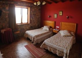 Dormitorio con dos camas juntas