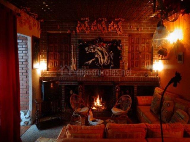 Salón con chimenea francesa