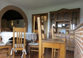 Vista de la mesa del comedor y el salón al fondo, desde la encimera de la cocina