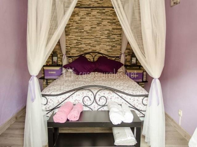 Habitación con paredes de color violeta