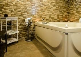 Baño con paredes de piedra