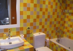 Salón con pared naranja
