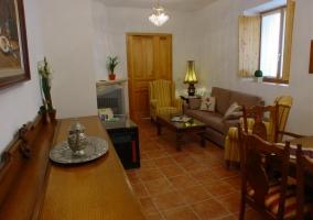 Sala principal con mesa grande y zona de estar