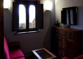 Mesa de comedor con decoración y ventanas en frente