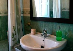Aseo con azulejos verdes