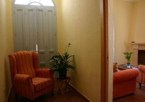 Butaca del pasillo y entrada a sala de estar