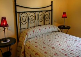 Dormitorio de matrimonio con dos mesillas