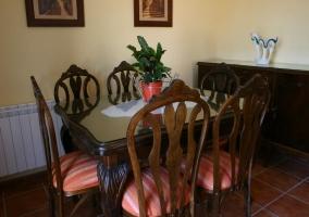Mesa de comedor con sillas alrededor