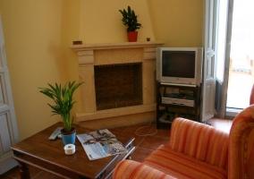 Televisor y chimenea en sala de estar