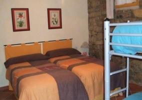 Dormitorio con cuatro plazas