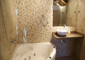 Equipado baño con bañera de hidromasaje