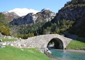 Puente entre montañas