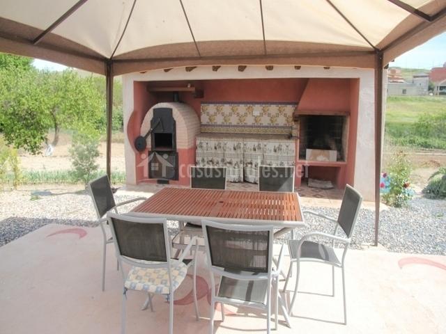 Jardín con barbacoa y mobiliario de terraza