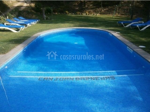 Amplia piscina junto a los columpios