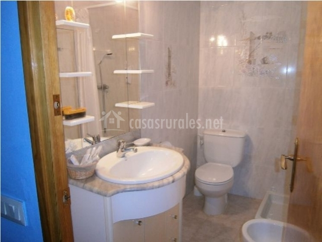 Cuarto de baño completo con plato de ducha