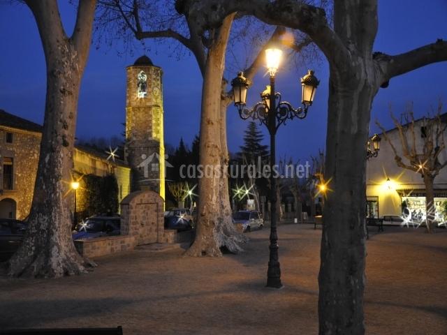 Plaza del pueblo de noche