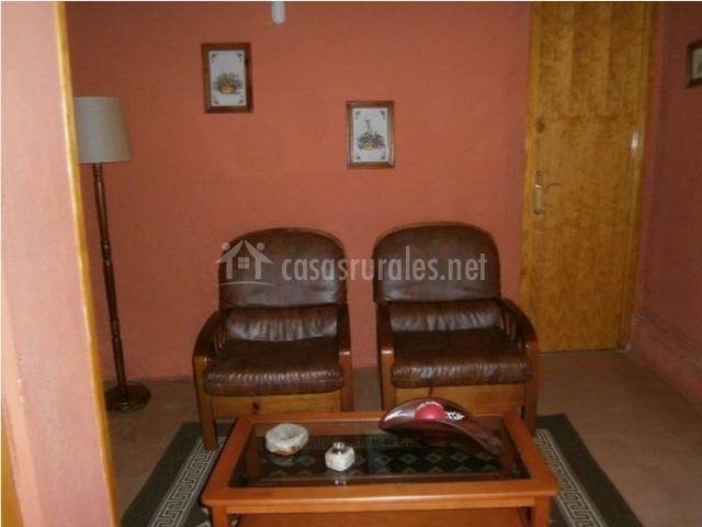 Salón con sillones y una pequeña mesa