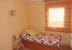 Dormitorio individual en tonos claritos