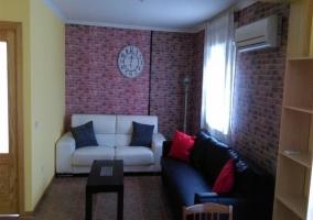 Sala de estar con paredes de ladrillo