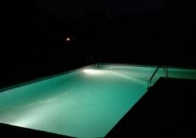 Piscina por la noche iluminada