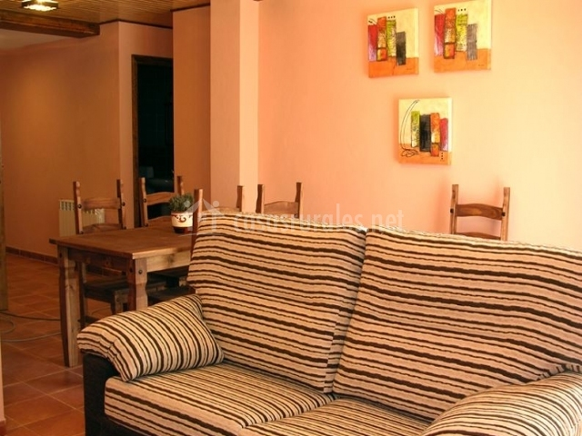 El yugo apartamentos los aperos en albarracin teruel for Sala de estar y comedor