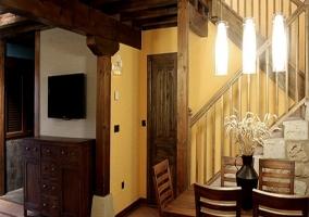 Chaise-long con bonito armario de madera en el salón