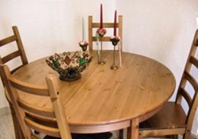 Mesa de madera para 4 en el salón