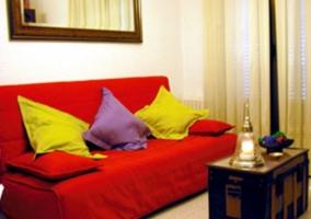 Salón con amplio sofá