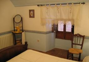 Dormitorio de matrimonio con muebles restaurados
