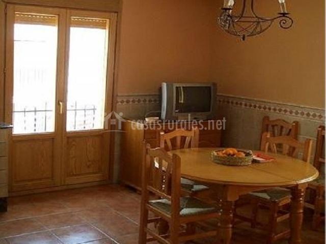 Casa rural t a roseta en sot de chera valencia - Salon comedor con mesa redonda ...