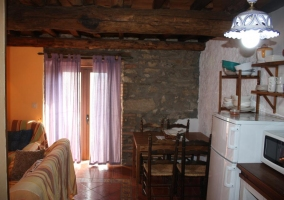 Sala de estar con su chimenea