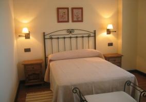Dormitorio de matrimonio con cabecero forjado