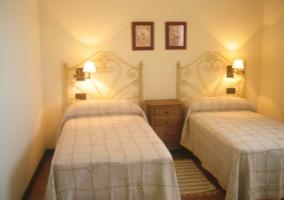Dormitorio doble con cabeceros forjados