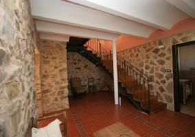 Hall con muros de piedra