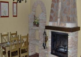 Zona de comedor en el salón con chimenea