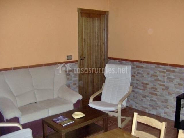 Sillas, sofá y mesa en el salón