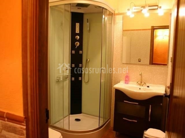 Amplio baño completo con lujosa ducha hidromasaje