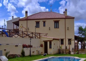 Vista de una de las viviendas enfrente de la piscina