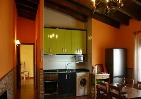 Zona de comedor y moderna cocina