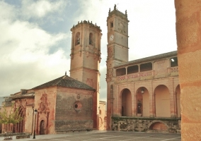 Torre del Tardón e Iglesia de la Trinidad, en la Plaza Mayor