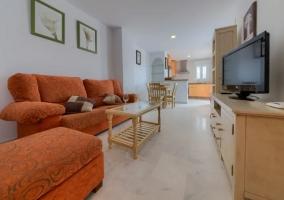 Sala de estar con muebles en tonos claros