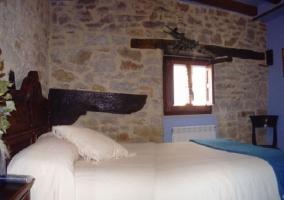 Dormitorio morado y abuhardillado
