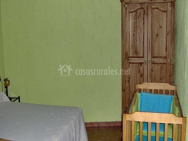 Dormitorio de matrimonio con cuna y armario