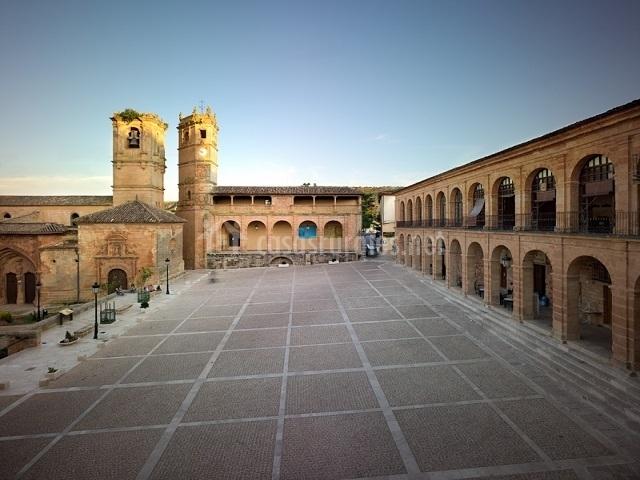 Plaza Mayor de Alcaraz, con las Torre del Tardón