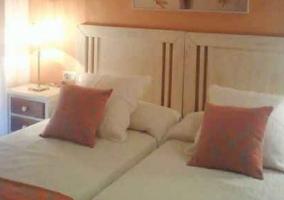 Dos camas individuales de color salmón