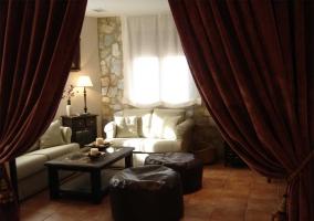 El salón con sofás y lámpara